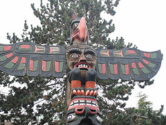 image of a totem pole in thunderbird park one of the free things to see and do in victoria bc