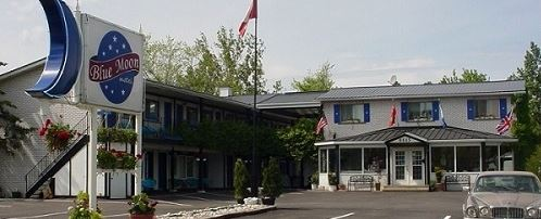 image of the blue moon motel one of the cheap places to stay in niagara falls ontario canada
