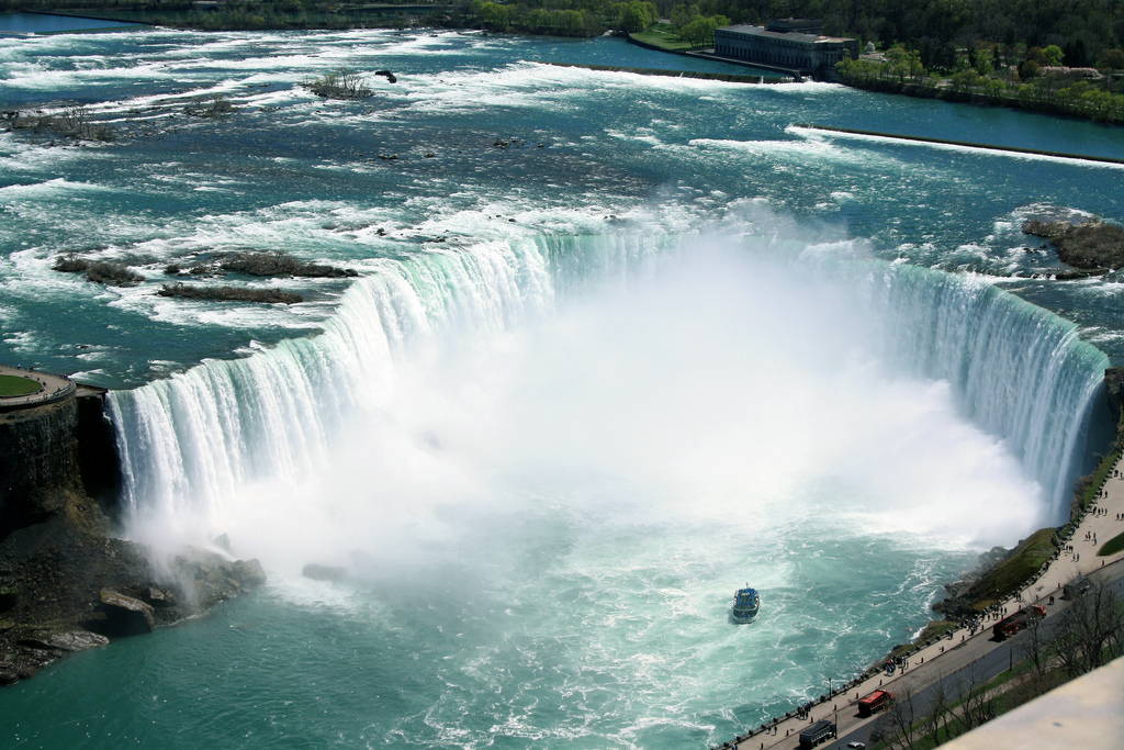 image of the Horseshoe Falls one of the free things and stuff fo do in Niagara Falls, Ontario, Canada