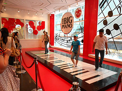 image of the big piano at FAO Schwarz one of the Free Things and Stuff to Do in New York City (NYC)