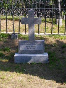 image of the grave site of John A MacDonald, Canada's first prime minister, one of the attractions and free things to do in Kinhston, Ontario